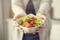 健康营养吃沙拉概念 免版税图库摄影