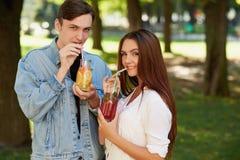 健康营养 夫妇饮用的戒毒所茶 免版税库存图片