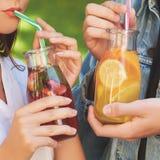 健康营养 夫妇饮用的戒毒所茶 库存图片