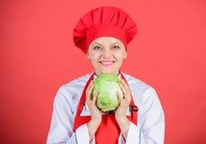 健康营养 妇女专业厨师举行整个圆白菜菜 健康素食食谱成份 健康 免版税库存照片