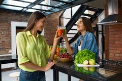 健康营养和饮食食物 喝新鲜的汁液的妇女 库存照片