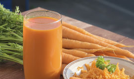 健康营养红萝卜成份,用不同的盘 库存照片