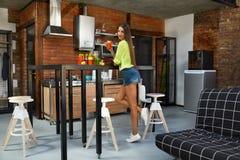 健康营养 美丽的妇女饮用的饮食汁液,圆滑的人 图库摄影