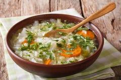 健康蔬菜汤关闭在桌上 水平 库存照片