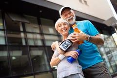 健康资深,跑步在城市的夫妇与日出的清早 免版税库存照片