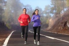 健康连续赛跑者男人和妇女锻炼 免版税库存照片