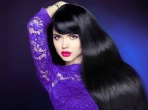 健康长的头发 有光滑的发光的平直的wa的美丽的妇女 免版税库存图片