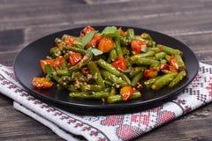 健康青豆,与芝麻籽的红色西红柿 图库摄影