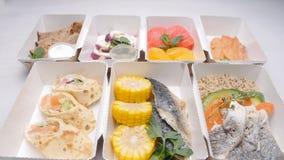 健康食品交付概念 饮食的自然有机健身营养在一张白色桌上 影视素材