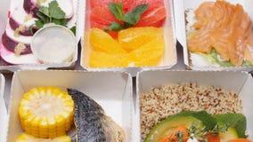 健康食品交付概念 饮食的自然有机健身营养在一张白色桌上 股票视频