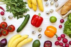 健康食品的五颜六色的样式在白色木背景的 吃健康 顶视图 从上 免版税库存照片