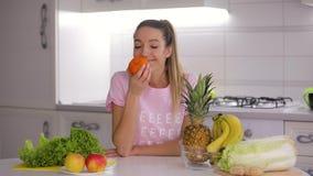 健康食品,愉快的妇女采取,嗅和投掷新鲜的普通话 股票录像
