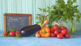 健康食物、菜和厨房黑板 免版税库存照片