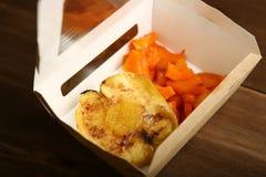 健康食物交付从被烘烤的苹果和南瓜的在箱子 免版税库存图片