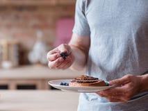 健康食物吃习性维生素人新鲜的蓝莓 免版税库存照片
