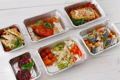 健康食物在木头的箱子拿走 库存照片