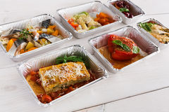 健康食物在木头的箱子拿走 免版税库存照片