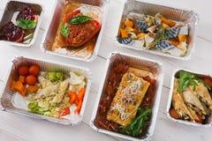 健康食物在箱子,在木头的顶视图拿走 图库摄影