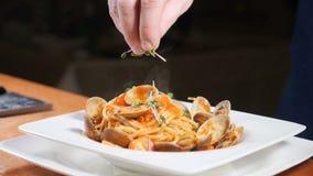 健康食物烹调 厨师洒新近地煮熟的面团与草本 alla茄子背景烹调新鲜的意大利norma荷兰芹意大利面食意粉蕃茄传统白色 餐馆概念 股票录像