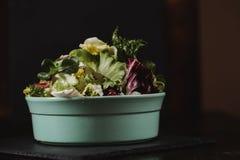 健康食物生活方式概念 在板材的新鲜蔬菜沙拉在土气颜色样式的黑背景 库存图片