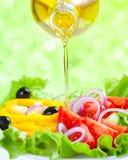健康食物生活方式。 与油的新鲜的沙拉 免版税库存图片