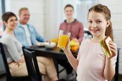健康食物的女孩一点 图库摄影