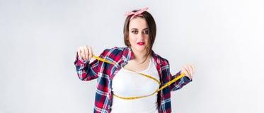 健康食物肥胖妇女概念,饥饿的女孩XXL坏食物不说, 免版税库存图片
