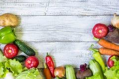 健康食物背景顶视图与拷贝空间的 与新鲜蔬菜的健康食物概念 免版税图库摄影
