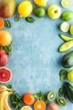 健康食物背景:不同的选择的水多的有机热带水果顶视图  免版税库存图片