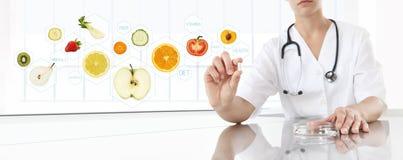 健康食物补充概念,营养师医生的手 免版税库存照片