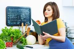健康食物食谱 backgroung烹调查出在白人妇女 免版税库存图片
