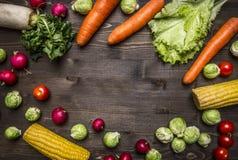 健康食物,烹调和素食概念红萝卜,莴苣,萝卜,玉米,抱子甘蓝木土气背景名列前茅v 免版税库存照片