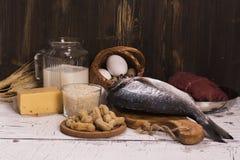 健康食物,自然蛋白质来源在木桌的 免版税库存照片