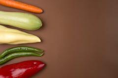 健康食物:在棕色背景的未加工的蔬菜 免版税图库摄影
