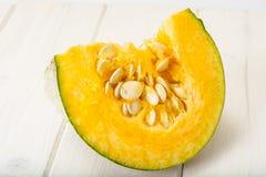 健康食物:新鲜的鲜美甜绿色南瓜 免版税库存照片