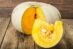 健康食物:新鲜的鲜美甜绿色南瓜 免版税库存图片