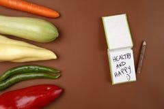 健康食物:未加工的蔬菜和愉快消息的`健康和:` 库存照片