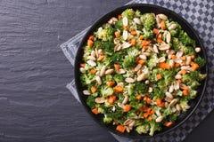 健康食物:硬花甘蓝沙拉有花生水平的顶视图 库存图片