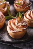健康食物:以宏观的玫瑰的形式苹果饼 垂直 库存图片