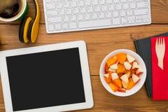 健康食物-在工作场所的菜和肉快餐 免版税库存图片