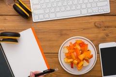 健康食物-在工作场所的菜和肉快餐 库存图片