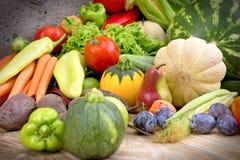 健康食物-新鲜的有机季节性水果和蔬菜 免版税库存图片