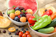 健康食物-新鲜的有机水果和蔬菜在土气桌上 免版税图库摄影