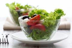 健康食物-沙拉用无盐干酪,芝麻菜 免版税库存图片
