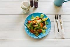 健康餐馆食物、三文鱼和鳕鱼沙拉特写镜头 免版税库存图片