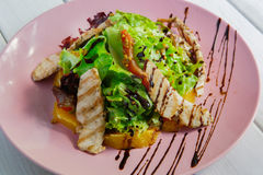 健康餐馆食物,火鸡沙拉特写镜头 库存照片