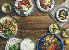 健康饭桌设置平位置用素食开胃菜 免版税库存照片