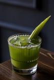 健康饮料用芹菜 鸡尾酒用在餐馆内部的芹菜 免版税库存照片