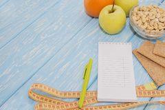 健康饮食、健身和减重概念,苹果,笔记薄,铅笔,在桌上的测量的磁带 在视图之上 库存照片
