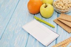 健康饮食、健身和减重概念,苹果,笔记薄,铅笔,在桌上的测量的磁带 在视图之上 库存图片
